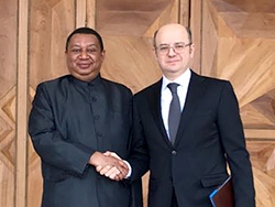 HE Parviz Shahbazov, Azerbaijan's Minister of Industry and Energy (r), with HE Mohammad Sanusi Barkindo, OPEC Secretary General