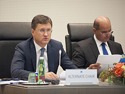 HE Alexander Novak, Russia's Minister of Energy (l); and HE Issam A. Almarzooq, Kuwait's Minister of Oil and Minister of Electricity and Water