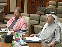 HE Mohammad Barkindo (l) and Mr. Amin Nasser listen to Aramco's presentation